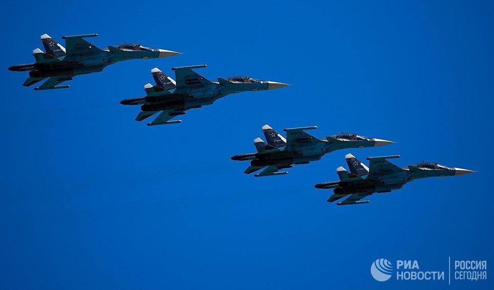 Истребители-бомбардировщики Су-34 на генеральной репетиции военного парада в Москве