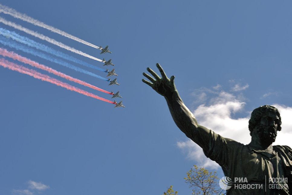 Фронтовые штурмовики СУ-25БМ на генеральной репетиции военного парада в Москве