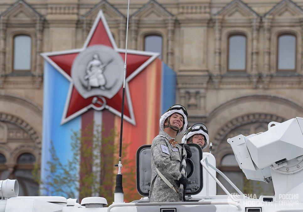 Военнослужащий во время военного парада на Красной площади, посвящённого 72-й годовщине Победы в Великой Отечественной войне 1941-1945 годов