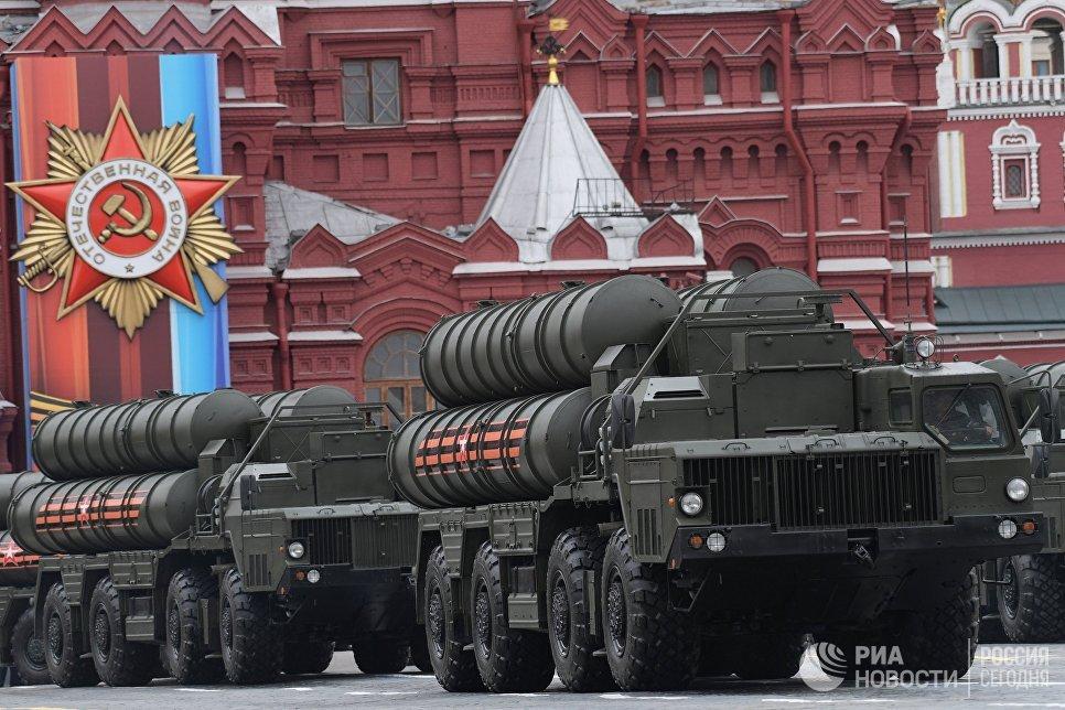 """Зенитный ракетный комплекс С-400 """"Триумф"""" на военном параде на Красной площади, посвящённого 72-й годовщине Победы в Великой Отечественной войне 1941-1945 годов"""