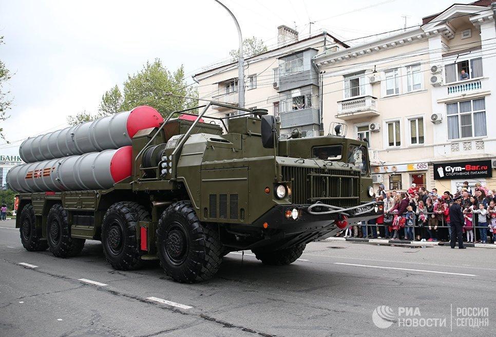 Колонна военной техники во время военного парада, посвященного 72-й годовщине Победы в Великой Отечественной войне 1941-1945 годов, в Новороссийске