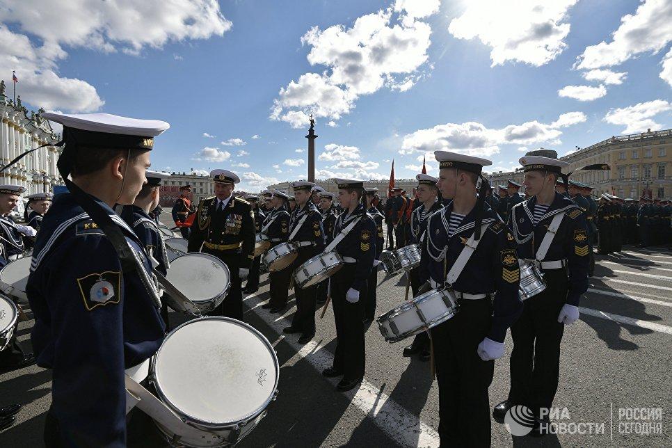 Военнослужащие перед военным парадом в Санкт-Петербурге, посвящённого 72-й годовщине Победы в Великой Отечественной войне 1941-1945 годов