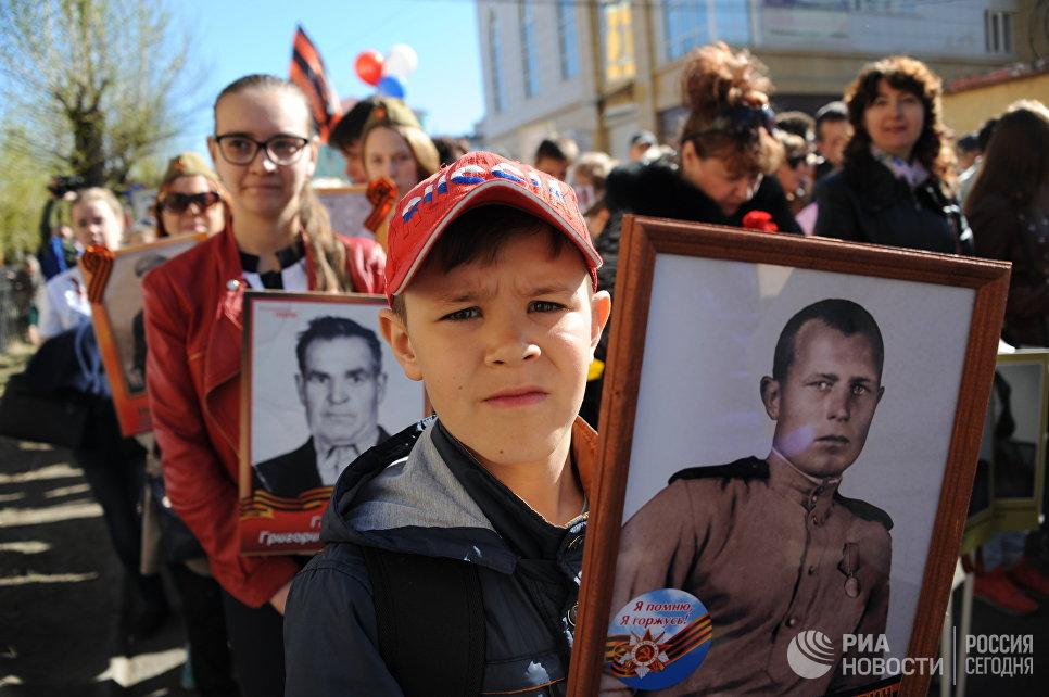 """Участники марша """"Бессмертный полк"""" в Чите"""