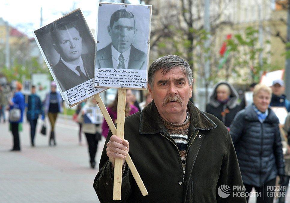 """Участники акции """"Бессмертный полк"""" в Минске"""