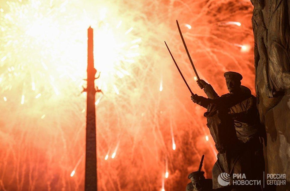 Праздничный салют в честь Дня Победы на Поклонной горе в Москве