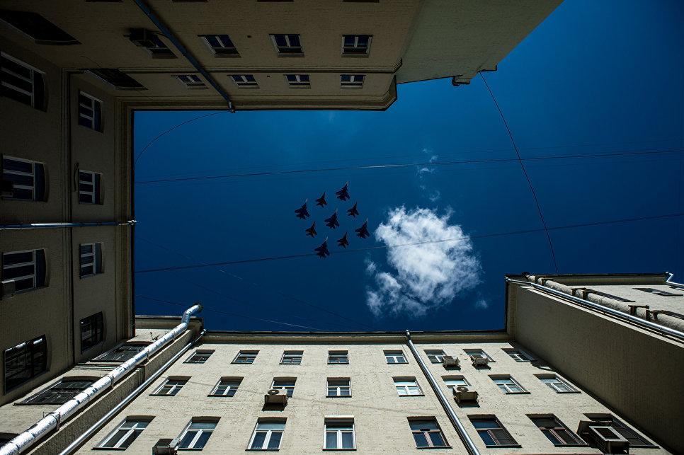 """Многоцелевые истребители Су-30СМ пилотажной группы """"Русские Витязи"""" и МиГ-29 пилотажной группы """"Стрижи"""" на генеральной репетиции военного парада в Москве, 7 мая 2017"""