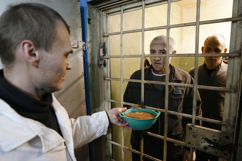 Просмотреть видео и фото о поступлении новых заключенных в следственный изолятор города харьков на холодной горе номер 7