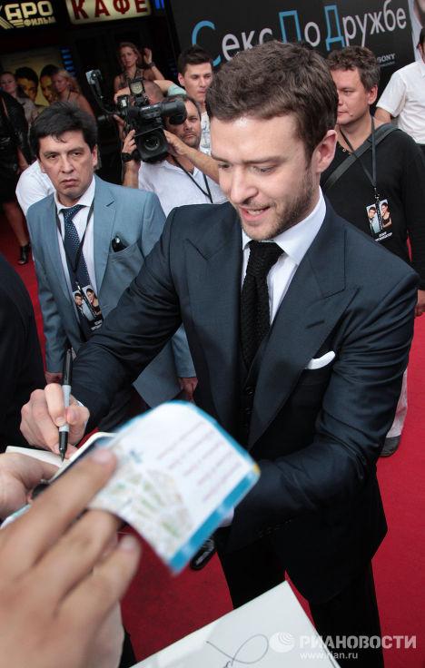 Певец, актер Джастин Тимберлейк раздает автографы перед премьерой