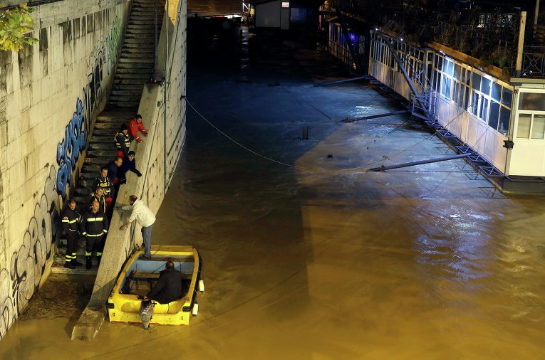 Затопленные берега реки Тибр в центре Рима